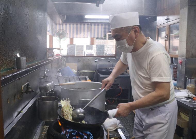 五十嵐党首のリズミカルな鍋さばき
