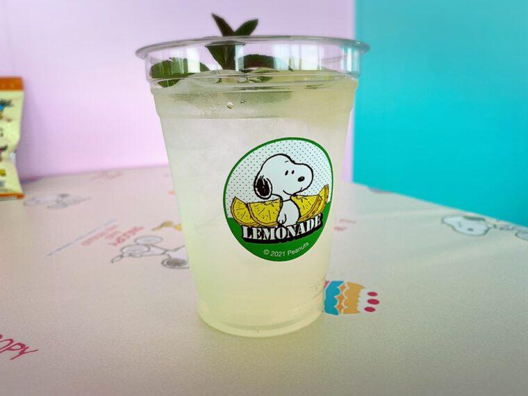 『レモネード』。ほんのり甘くて爽やかな酸味のバランスが良い、味わいのあるドリンクです ©2021 Peanuts