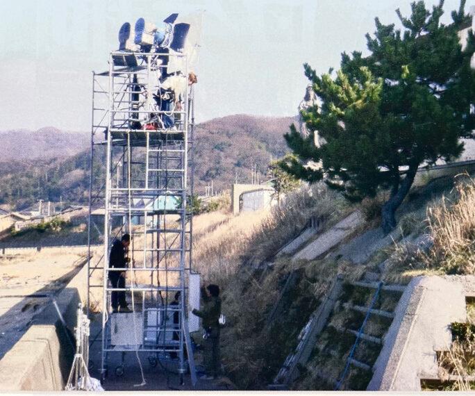 海岸下からイントレタワーを組み撮影。レントオール新潟さん様様です。近くの公衆トイレでは殺人シーンも撮影。こちらは西蒲区役所の協力で敢行されました