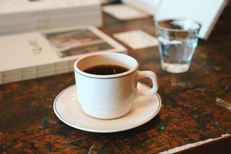 コーヒーは450円~。1階スペースで本を読みながら飲むこともできます