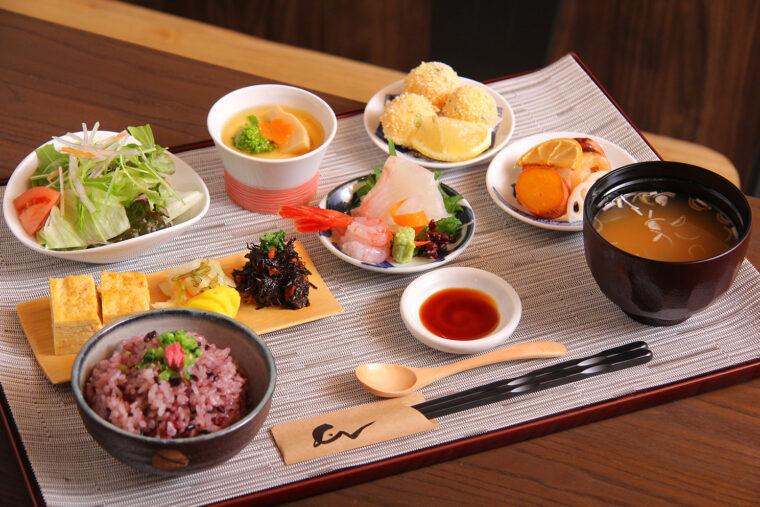 ランチの人気メニュー『えん御膳』 (1,815円)。ご飯、味噌汁、サラダお替わりOK