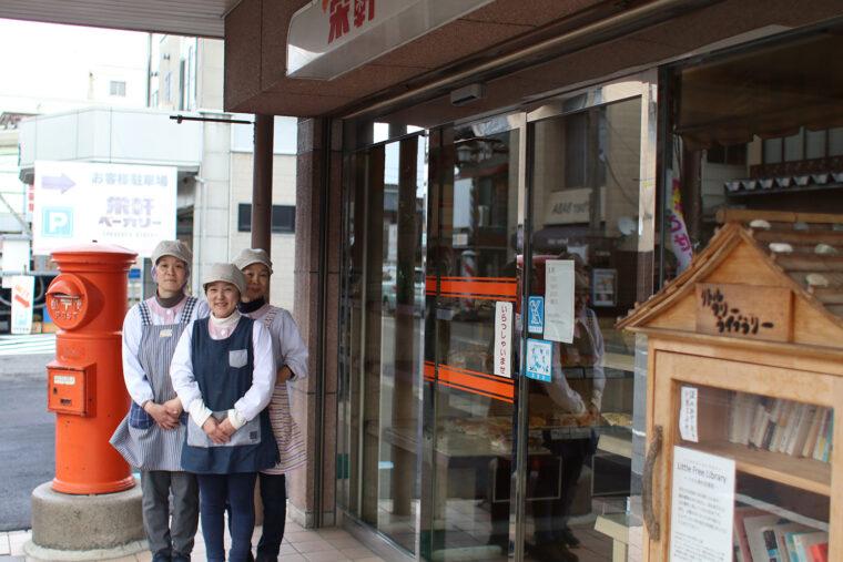 てきぱき、明るい接客が魅力。栄軒ベーカリーを支えるベテランスタッフの坂井さん、熊倉さん、小椋さん(左から)
