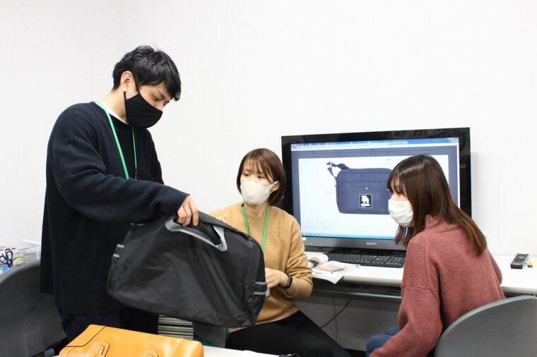 カタログギフトに掲載する商品を検討。ユーザー目線に立てる若手スタッフの意見が重要だ