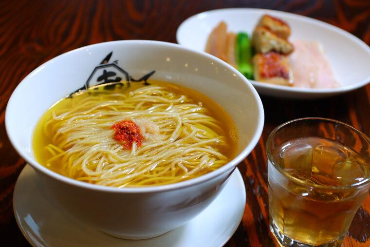 『鶏塩上湯麺』(900円)