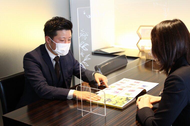 営業マンが某ブライダルサロンに新作カタログギフトを提案中