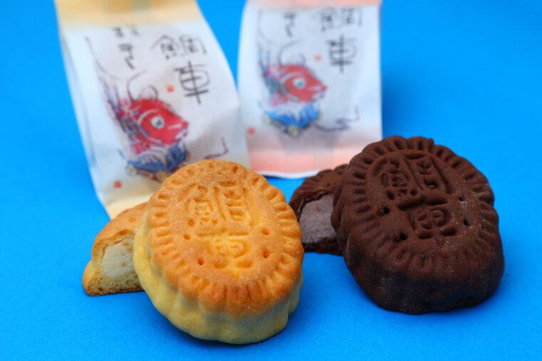 『鯛車』。味は2種。左がバター生地×ミルクあん、右がココア生地×こしあん。各184円