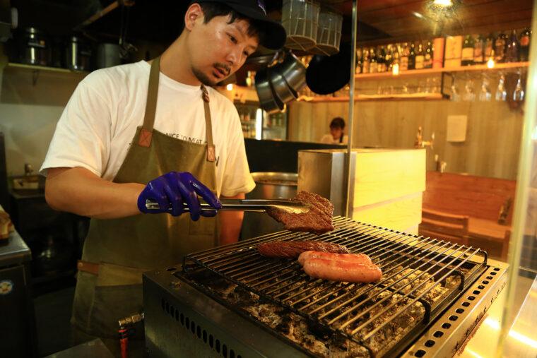 肉を焼くオーナー・大湊さん