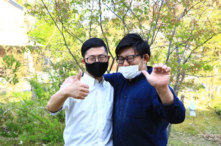 右が山café 一歩・店主の木村一馬さん、左がKall Will Store・店主の木村智さん。仲の良さをポーズで表現してもらいました(笑
