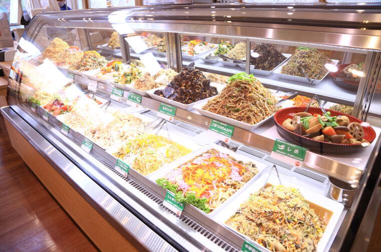 レジ横にあるショーケースでは惣菜を量り売りで販売しています