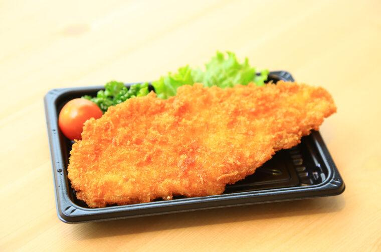 『鶏タレカツ』(1枚192円)は手のひらよりも大きいジャンボサイズ。衣もサックサク