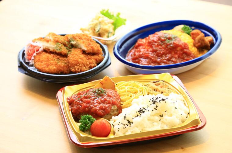 『鶏タレカツ丼』(左奥、540円)、『ふわとろ玉子のトマトソースオムライス』(右奥、584円)、『王様ハンバーグ弁当(特製トマトソース)』(手前、670円)