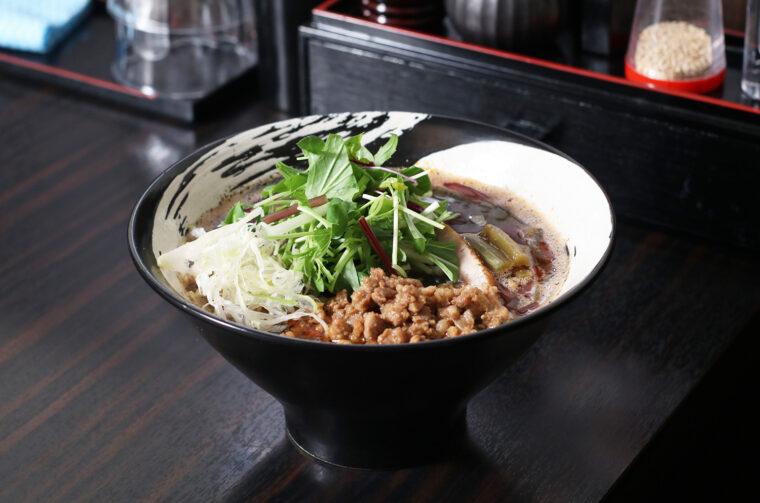 『担々麺 黒』(900円)。芳醇な黒ゴマの香りがクセになる! 山クラゲのコリコリとした食感がアクセントに