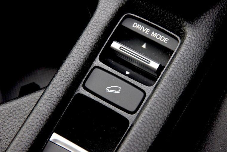 ヒルディセントコントロールのボタン(写真中央)