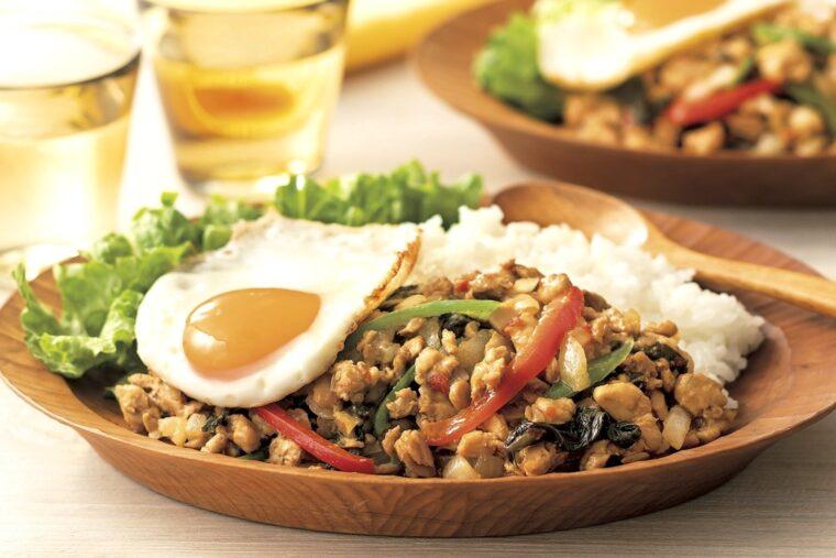 『バジル香る ガパオライス』。鶏肉はタイ料理に欠かせないホーリーバジルをはじめ、魚醤、にんにく、唐辛子など本格的な味付けに