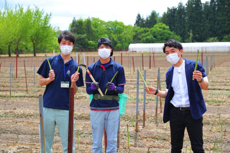 生産者の金澤さん(写真中央)とJA十日町の島田さん