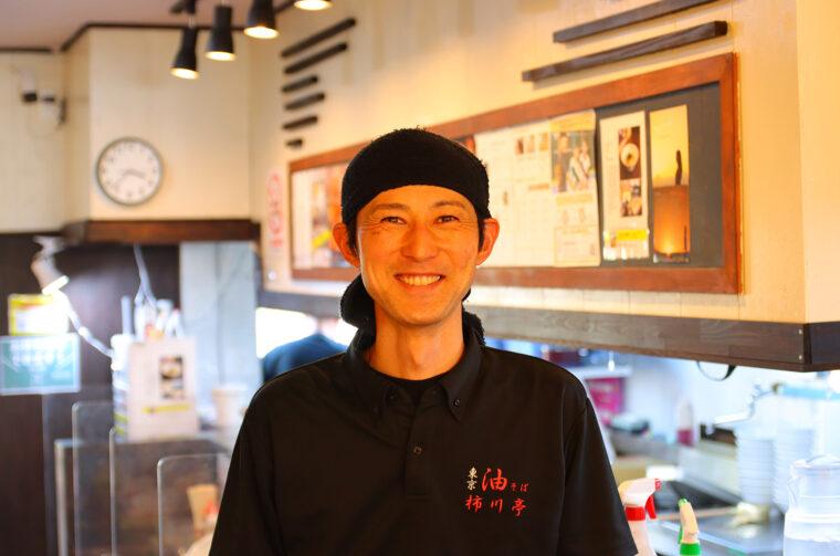 店主の岡さん。教師時代のつながりをいかしたお店作りで地元の人々から愛されています