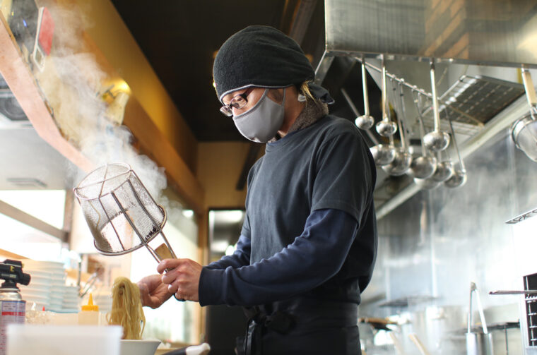 麺を茹でる店長の宮崎さん