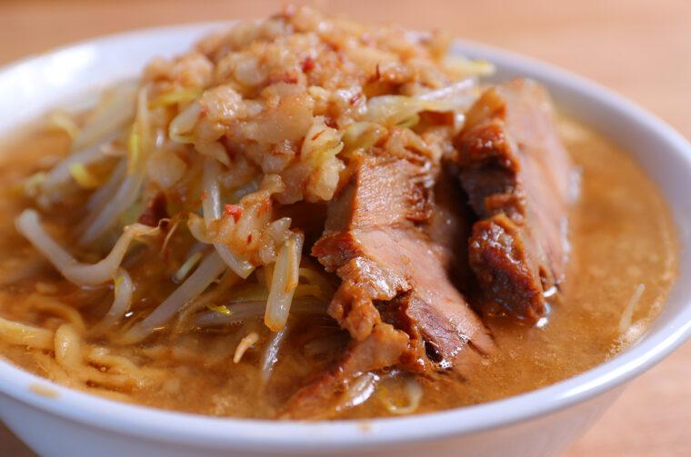 具材が迫力満点! スープの中にはたっぷりの麺が沈んでいます