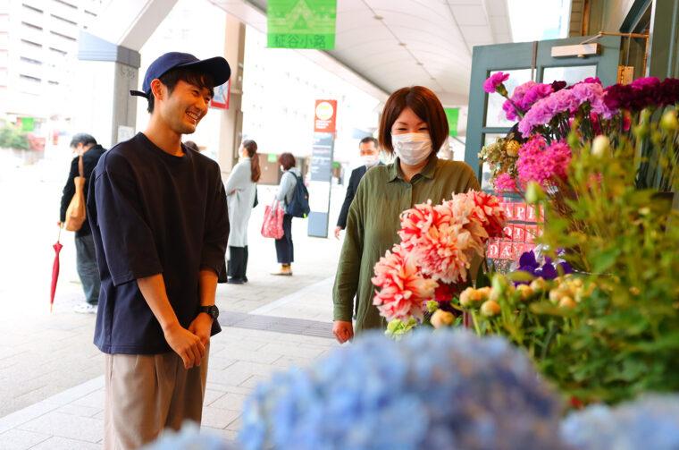 右が店長・佐藤一花さん。外には行きかう人の目を引くよう、特に季節感のある花を置いているそう