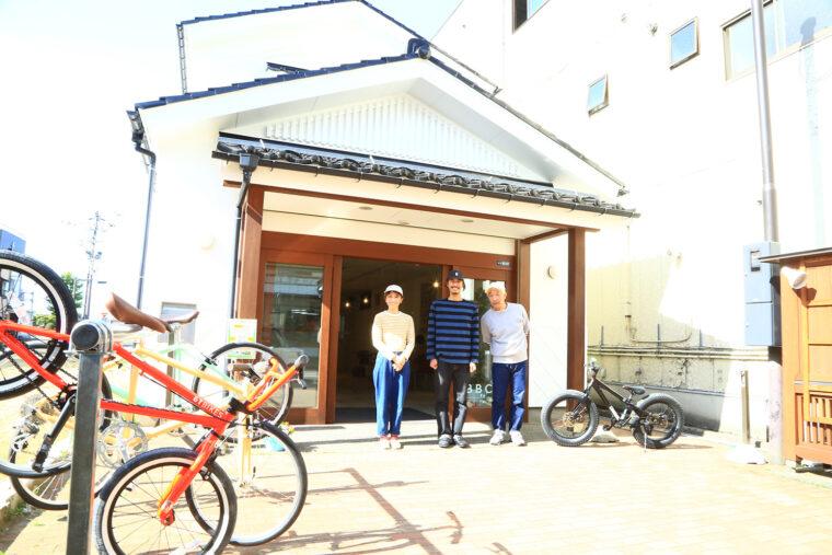 スタッフのみなさんをBBC Kamo Miyagemono Centerの前でパチリ! ちなみに右がGFGS代表取締役の小柳雄一郎さん