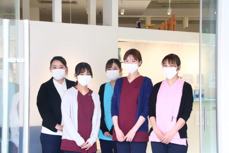 歯科衛生士の(左から)吉田さん、大塚さん、河合さん、小林さん、小林さん