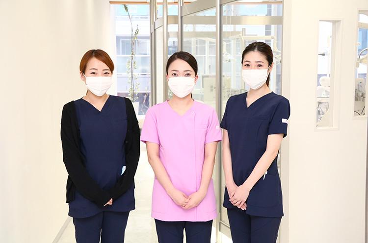 歯科衛生士の(左)関原さん(中)久島さん(右)加藤さん