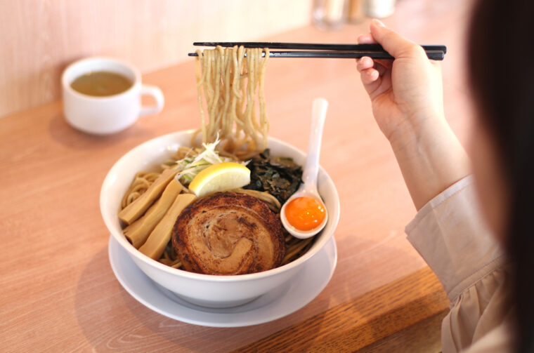 煮干し和え麺(カップスープ付850円)全粒粉をブレンドした太麺の自家製麺は食べ応え抜群