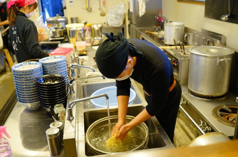 ゆであがった麺はすぐに水でぬめりを取り、氷水でしめます