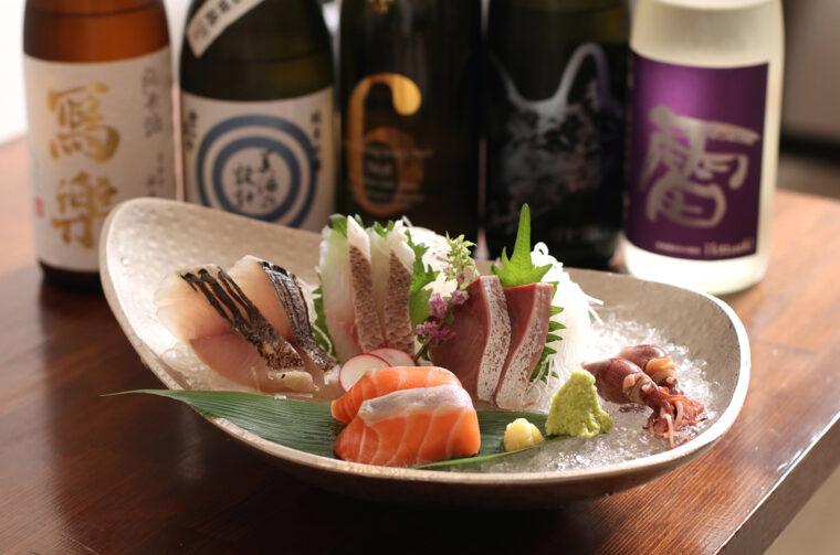 珍しい日本酒を取り揃える。日本酒との相性抜群なメニューも豊富。『お造り5種盛り合わせ』(2人前、1,595円)