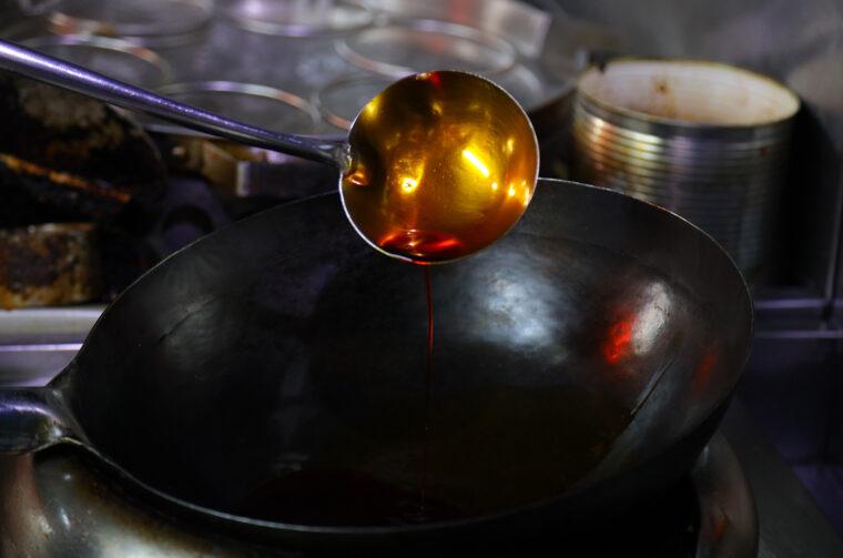 真っ赤な自家製ラー油を熱していきます