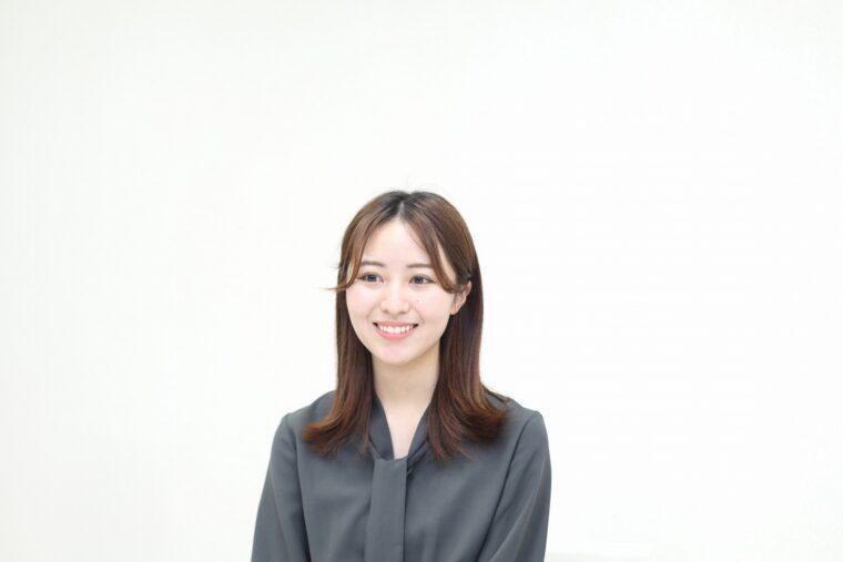 白井沙樹さん。新潟市出身で新潟市内の大学に在学中。在学中に大使の募集を知り、気になっていたところ、母親からの後押しもあって応募。萬代橋を望むやすらぎ堤の景色がお気に入り。