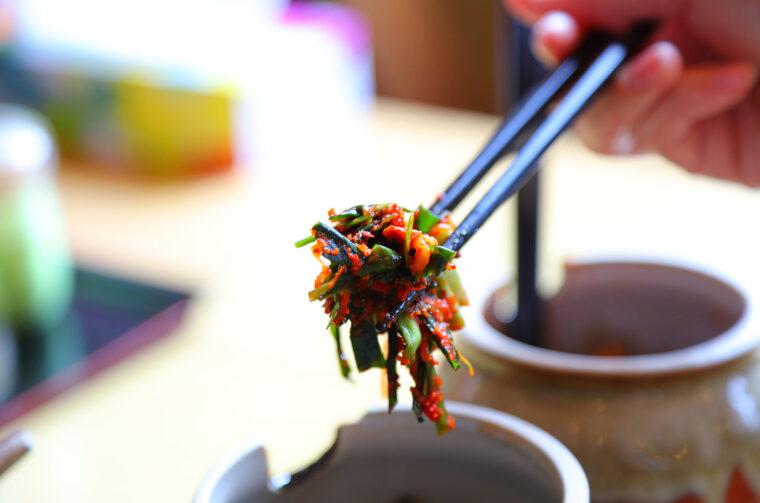 ニラの甘みを感じるピリ辛な味。麺にのせるほどにうまさが倍増します