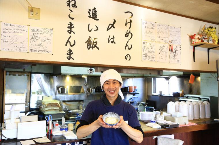 「追い飯は1杯無料です!」と店主・桒野さん。なお麺大盛も無料です。太っ腹!