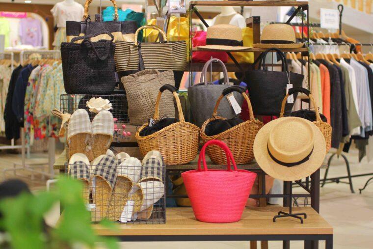 バッグや帽子のほかにも、アクセサリーなども充実しています