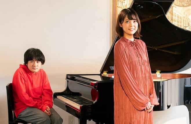 Kaede(右) 新潟発アイドルユニットNegiccoのメンバーで、2019年より本格的なソロ活動も開始。佐藤優介(左)はライブや音源制作でKaedeソロをサポート中の、福島県浪江町生まれのミュージシャンだ
