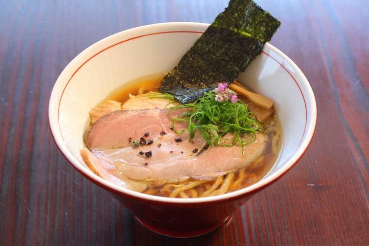 「手揉み中華そば」(800円)。麺、スープ、トッピングが三位一体となった極上の味わい