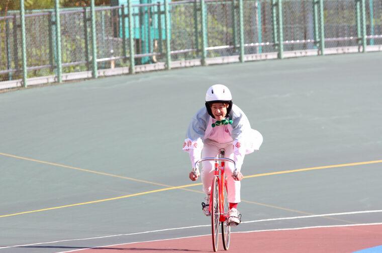 競輪の自転車にはブレーキがないんです。最初はおっかなびっくりだったけど、走り始めると気持ちいいー!