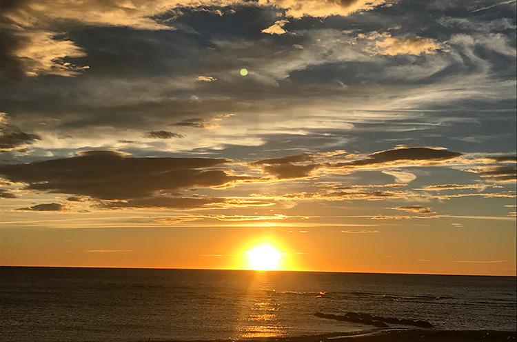 日本海に沈みゆく夕日も眺めることができます