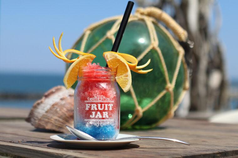 『Sea Point NIIGATA 特製 インスタ映えするかき氷』(580円)。2層のカラーリングと飾りのフルーツがおしゃれです