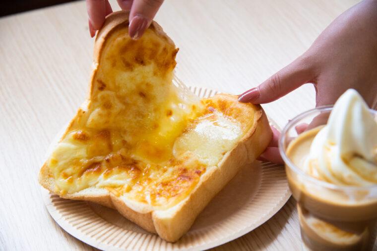 ジャージー牛乳を使用した『チーズトースト』(500円)と『アフォガード』(380円)