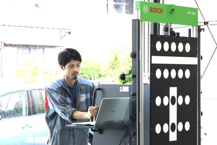 高性能エーミングツール「DAS3000」を操作する高橋さん