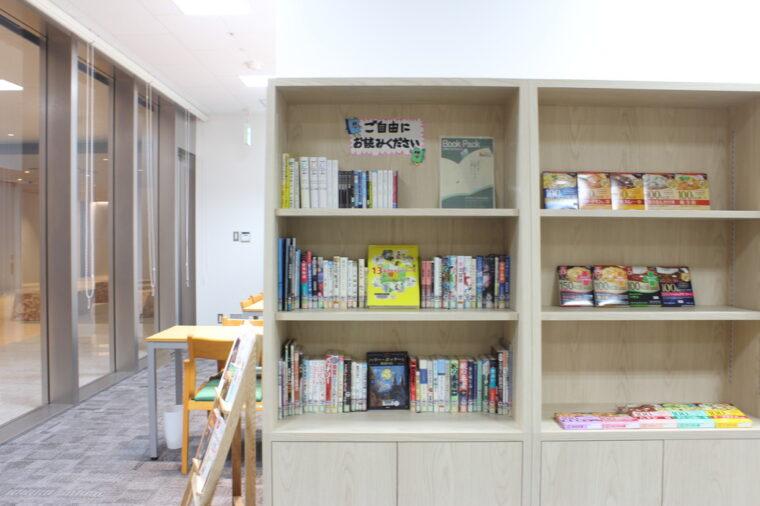 プチ図書館。中学生向けに選書された本が並びます。上段に並ぶのは後程登場する管理薬剤師・水野さんの本。水野さんの趣味嗜好が垣間見えて興味深いです(笑)