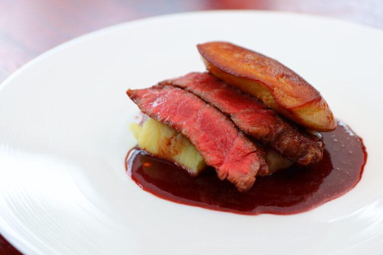 メインディッシュ・肉料理の一例『新発田牛フィレ肉のロティ 鴨のフォアグラ添え ソース・ヴァン・ルージュ』