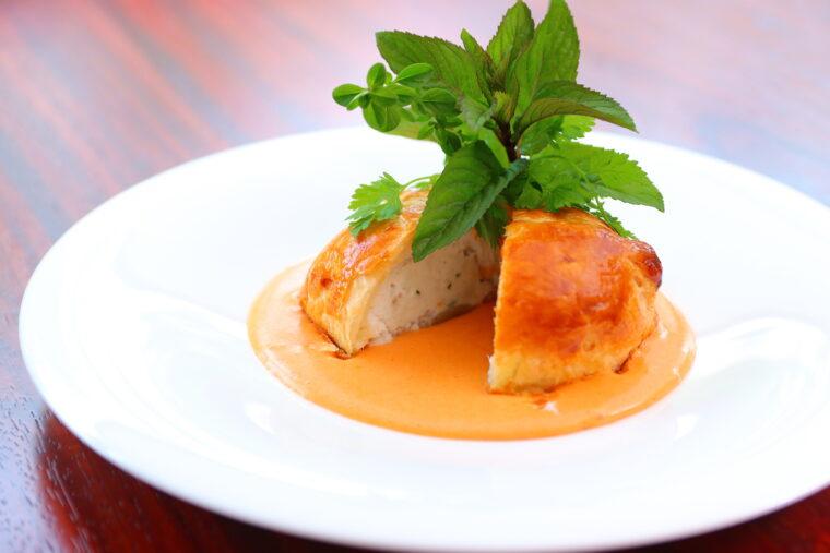 メインディッシュ・魚料理の一例『県産白身魚パイ包み焼き ソースショロン』