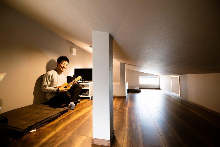 Sさんがリクエストした書斎は屋根裏を利用。このスペースを確保するために斜め天井が採用されたそう