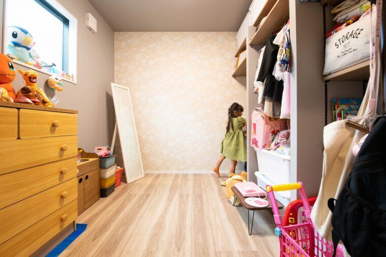 1階には念願の子ども部屋。家具は最小限で、たっぷり収納できる造作の棚があります