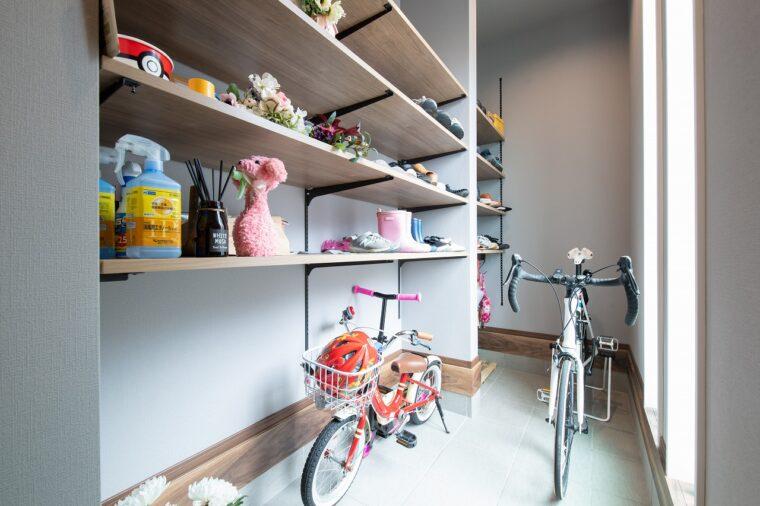玄関の土間スペースにはパパの趣味の自転車と、家族みんなの靴が置ける棚が