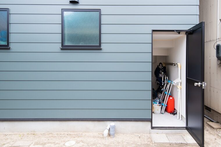 階段下を利用した収納スペースには、屋外からアクセス