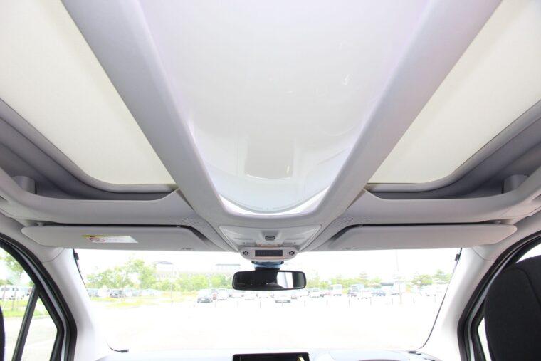 運転席頭上にも小物を置くスペースがあるんです!
