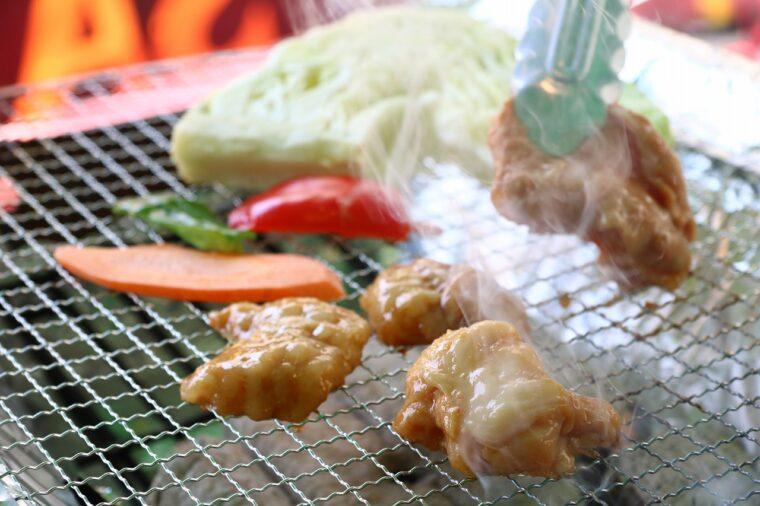 『炭火焼』セットは、特製ダレに漬けこんだお肉を炭火で焼きます
